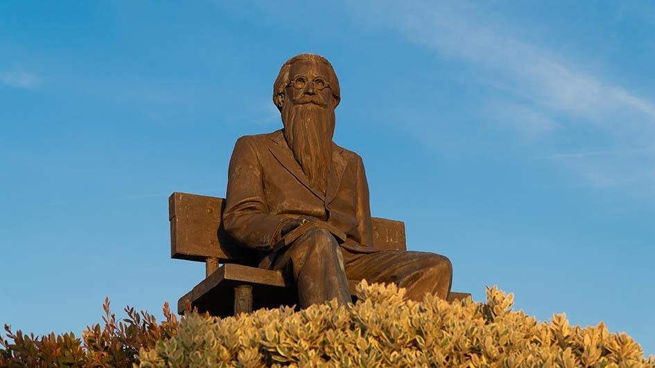 estatua valle inclan plaza del parque vilanova